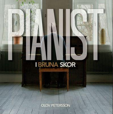 Pianist i bruna skor